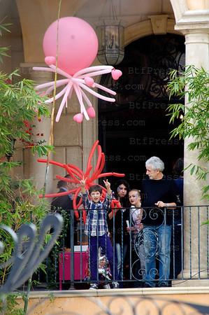 Johnny et Laeticia ont organise une fete pour les enfants dans leur maison de Beverly Glen. Gregory,le frere de Laeticia etait present ( il sort avec la nanou), tout les invites ont recu des cadeaux.
