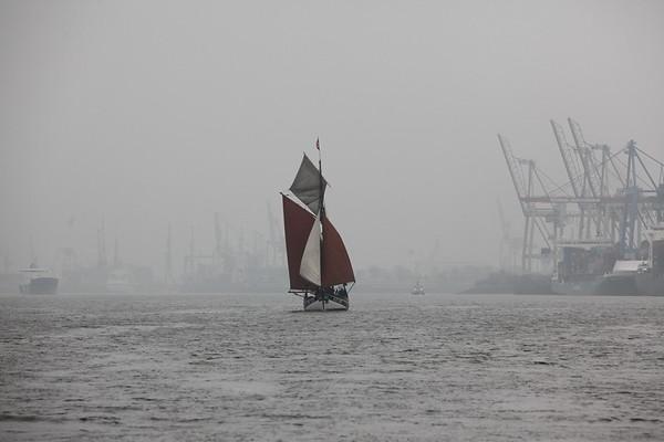 TraditionsSegelschiff auf der Elbe vor der Silhouette Hamburger Hafen Hamburg