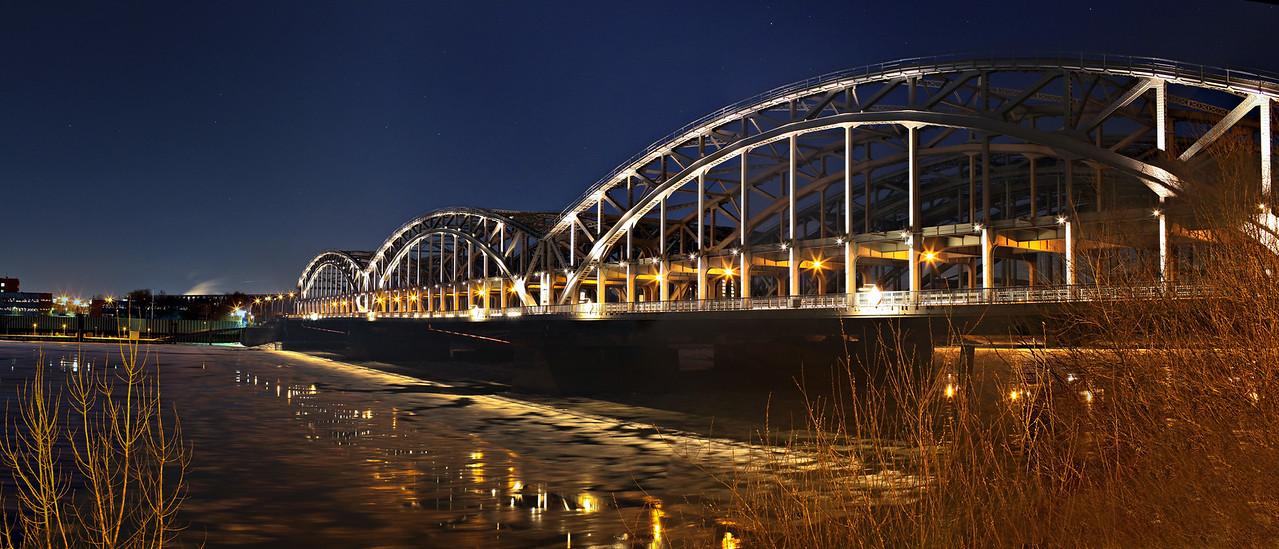 ElbBrücken bei Nacht mit Eis auf der Elbe Hamburg
