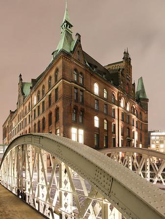 Speicherstadt Hamburg mit Brücke am Abend