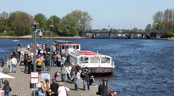 Alsterdampfer Binnenalster Hamburg mit Touristen am Tag bei Sonne mit Menschen