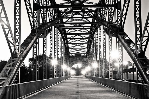 Alte Harburger Brücke über die Südelbe am Abend in schwarz-weiß