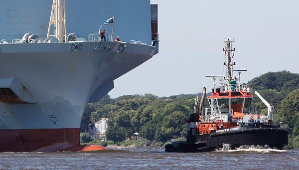 Schlepper BUGSIER 5 vor Containerschiff auf der Elbe