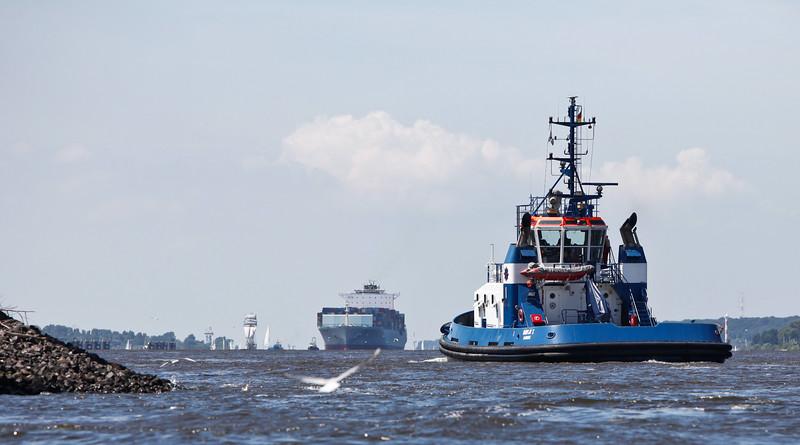 FairPlay 1 Schlepper auf der Elbe wartet auf Containerschiff Hamburg