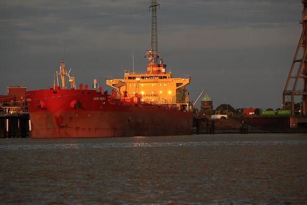 Tankschiff im Hamburger Hafen am Abend