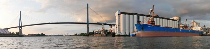 Köhlbrandbrücke und Massengutfrachter Hamburg bei ADM