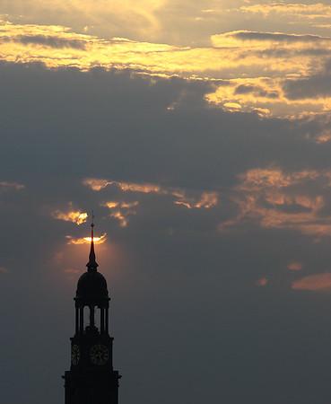 Michel Turm mit Sonne Hamburg