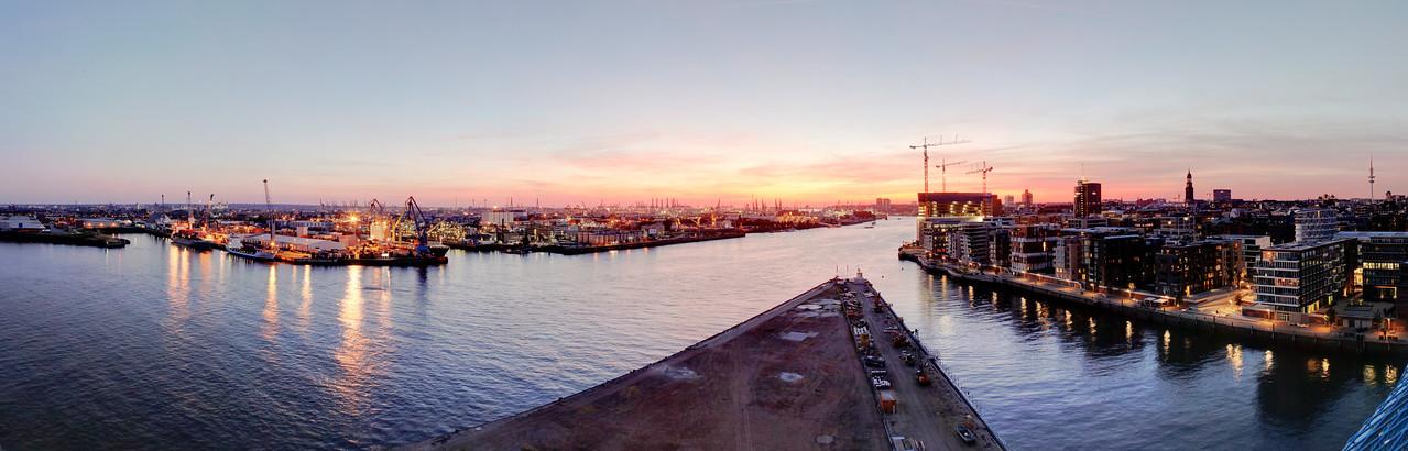 Ausblick Hamburg Skyline und Elbe aus dem Marco Polo Turm am Abend