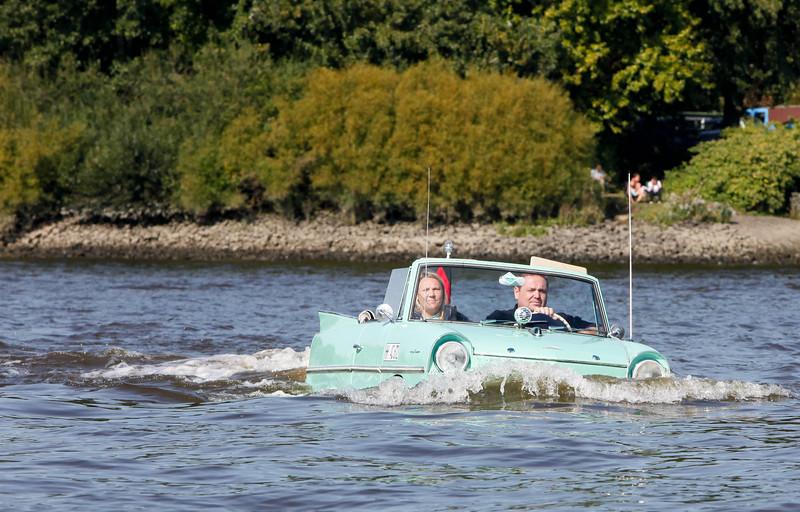 Amphibienfahrzeug in der Elbe bei Rothenburgsort Hamburg