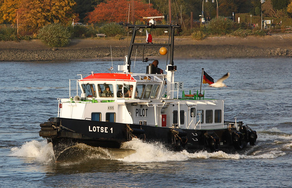 Lotsenbootlotse 1 auf der Elbe in Hamburg