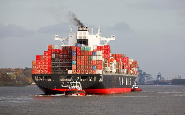 Containerschiff auf der Elbe mit 2 Schleppern beim einlaufen in Hamburg