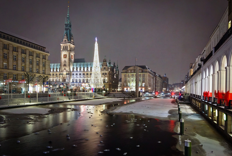 Rathaus Hamburg mit Weihnachtsmarkt und zugefroren war kleiner Alster