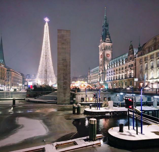 Rathaus mit Weihnachtsmarkt Hamburg Rathausschleuse bei Nacht