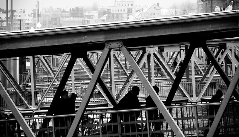 Landungsbrücken schwarz-weiß Hamburg mit Menschen