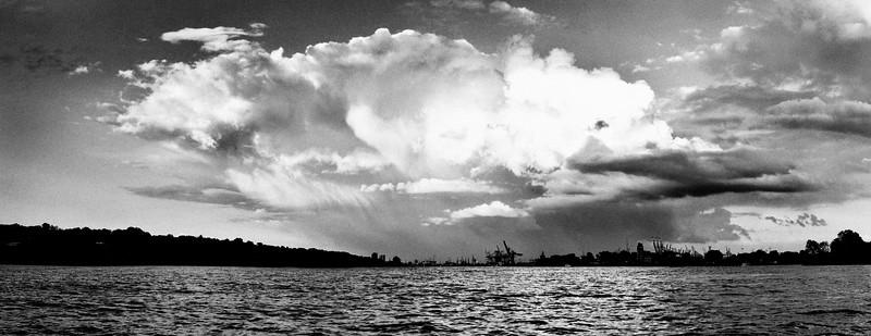 Elbe mit Blick auf Hamburg und großer kumulus Wolke in schwarz-weiß
