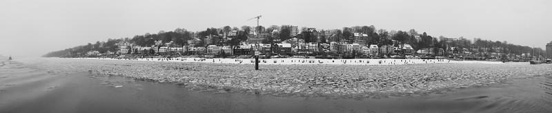 Elbstrand Oevelgönne im Winter mit Eis auf der Elbe Hamburg schwarz-weiß