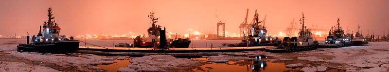 Schlepperbrücke im Winter Hamburg mit Schleppern und Eis auf der Elbe