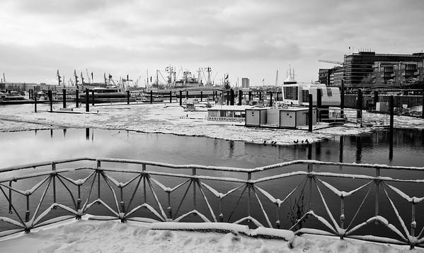 Hamburg City Sportboothafen mit Eis auf der Elbe im Winter schwarz-weiß
