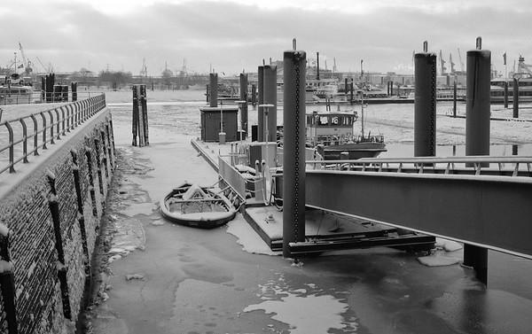 Anleger Feuerwehr Hamburg im Winter zugefroren mit Eis auf der Elbe