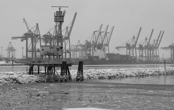 Burchardkai Elbe im Winter mit Eis auf dem Wasser Radarturm