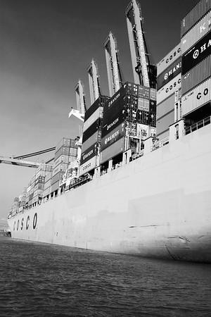 Containerschiff am Container-Terminal Burchardkai in schwarz-weiß Hamburg
