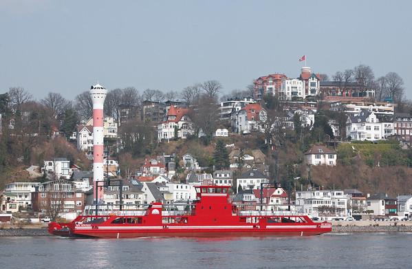 Autofähre vor Blankenese in Hamburg