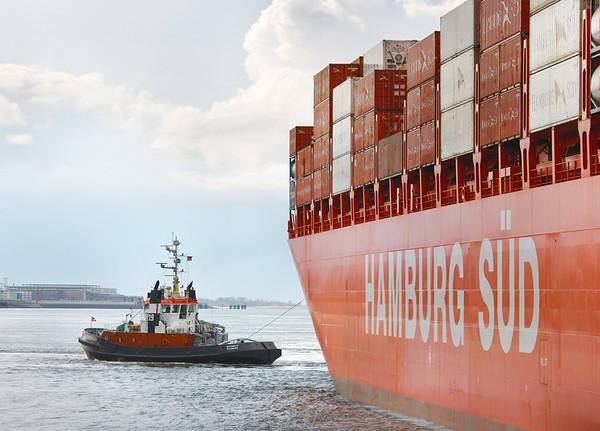 Hamburg Süd Schiff mit Schlepper auf der Elbe beim Drehen Hamburg