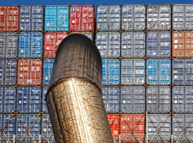 Schornstein vom Schlepper vor Container