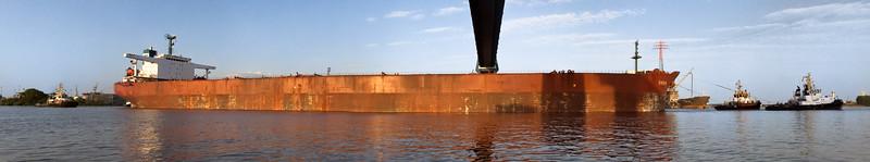 Massengutfrachter mit vier Schleppern in Hamburg unter der Köhlbrandbrücke