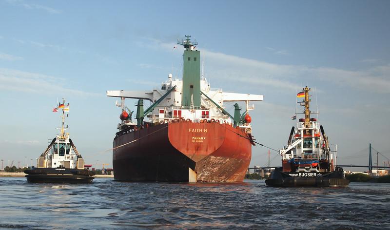 Massengutfrachter zum Hansa Port mit zwei Schleppern auf dem Weg in den Köhlbrand