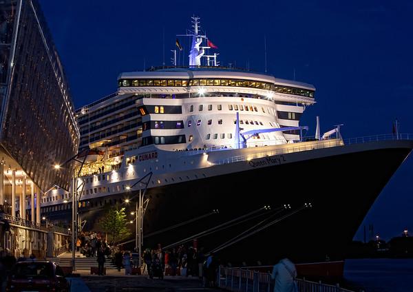Queen Mary 2 am Abend am Anleger-HafenCity ein schönes Bild