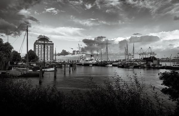Museumshafen Oevelgönne schwarz-weiß mit schönen Wolken am Abend Hamburg