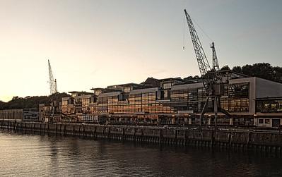 Bei Dockland am Abend Hamburg Hafen
