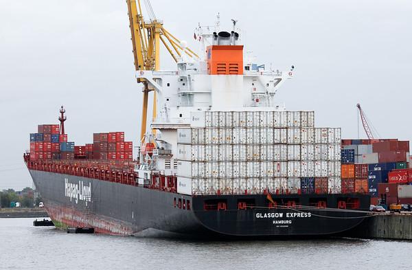 Containerschiff Glasgow express bei Reparaturarbeiten am Bugstrahlruder