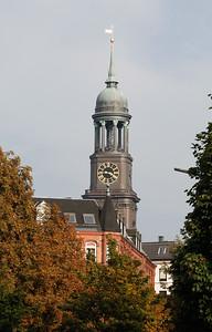 Turm der St. Michaelis Hauptkirche Michel Hamburg im Herbst