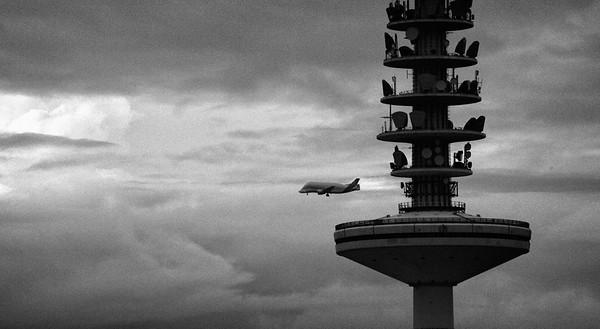 Heinrich Hertz Turm Fernsehturm Hamburg mit Airbus Transporter