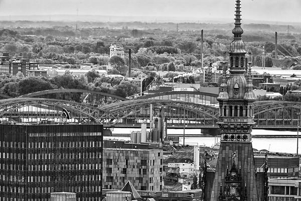 Elbrücken und Rathausturm in schwarz-weiß Hamburg