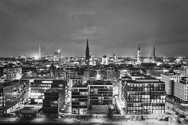 AusSicht von Marco Poloturm auf Hamburg HafenCity bei Dämmerung schwarz-weiß
