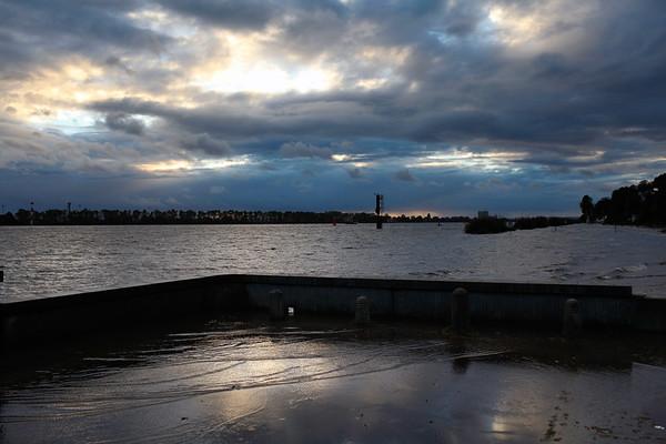 Hochwasser am Elbstrand Hamburg Entlüfterbauwerk