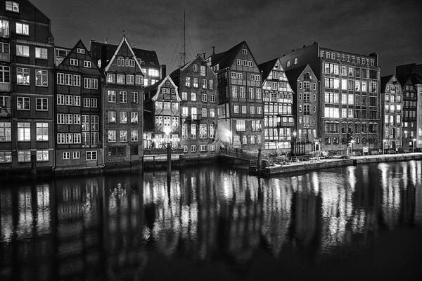 Hamburg Deichstraße St. Nikolai Fleet in der Nacht schwarz-weiß