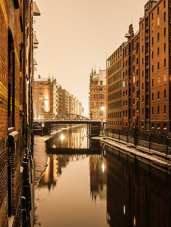 Speicherstadt Fleet bei Schneefall Hamburg in der Nacht