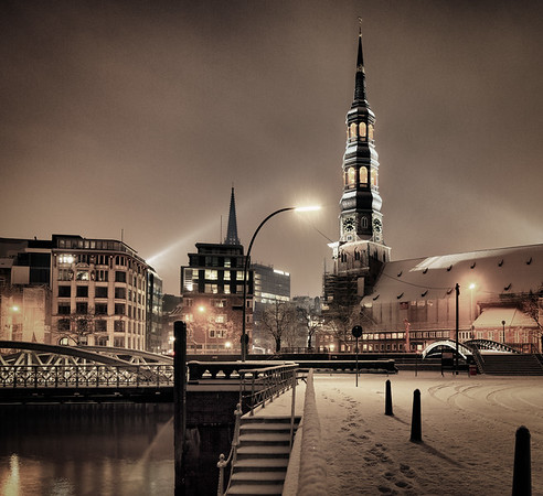Speicherstadt St. Katharinenkirche bei Schneefall in der Nacht Hamburg im Winter