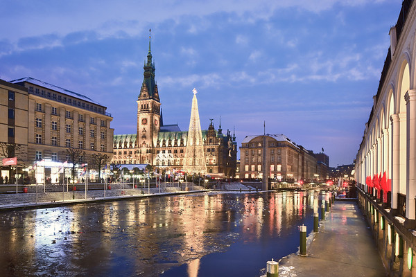 Hamburg Rathaus im Winter mit Eis auf der Alster am Abend