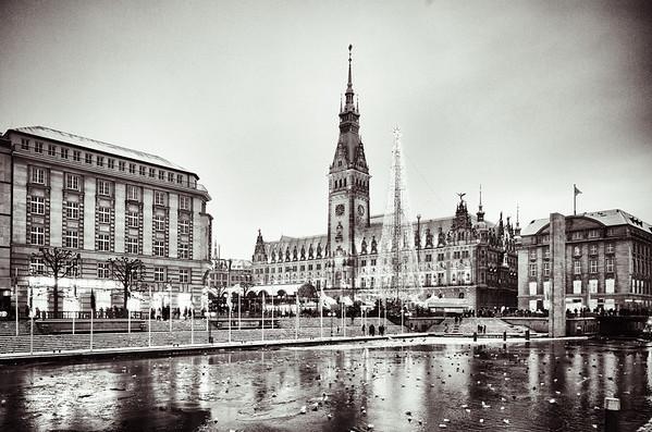 Hamburg Rathaus nachts mit Schnee und Weihnachtsmarkt in Schwarzweiß