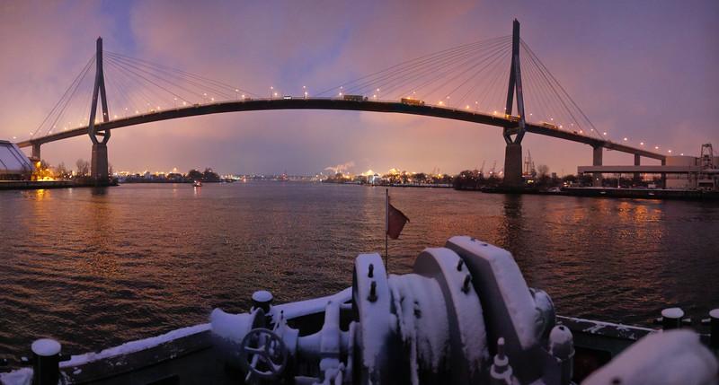 Hamburg Köhlbrand unter der Köhlbrandbrücke auf dem Schlepper BUGSIER 5 im Winter aber Nacht