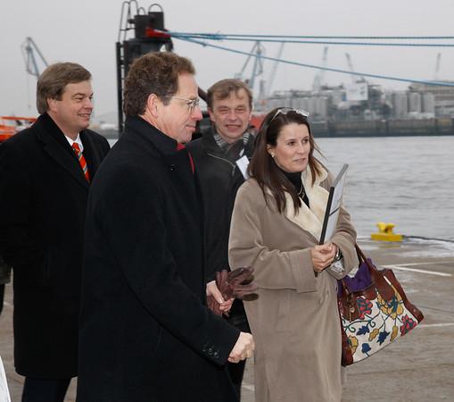 Herr Schuchmann begleitet Frau Ramsauer zum Schiff.