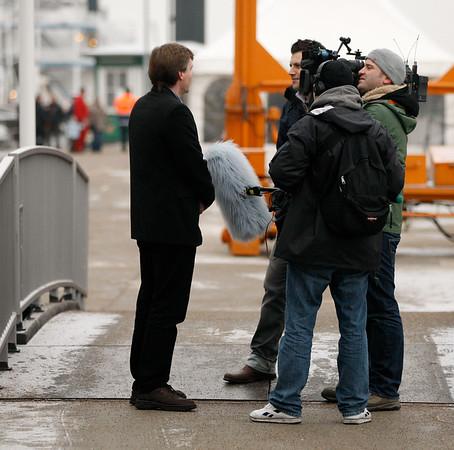Kapitän Arne Hildebrandt gibt heute mehr als ein Interview. Es ist sind viele Filmteams und Fotografen an Bord