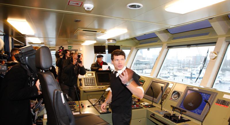 Presserundgang um 9:30 Uhr. Kapitän Tobias Pietsch erklärt der Presse die Steuerstände und die Verfahren bei den Einsätzen