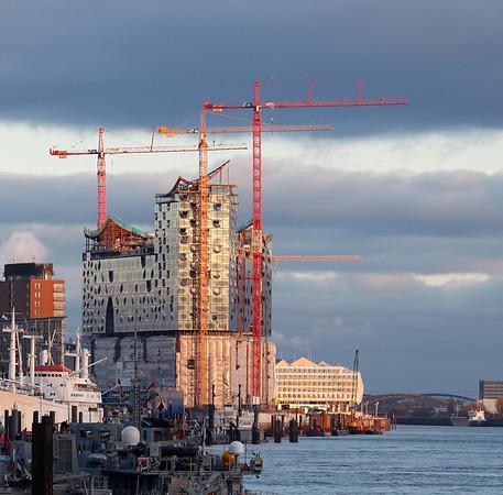 Baustelle Elbphilharmonie im Herbst am Nachmittag in der Sonne Hamburg