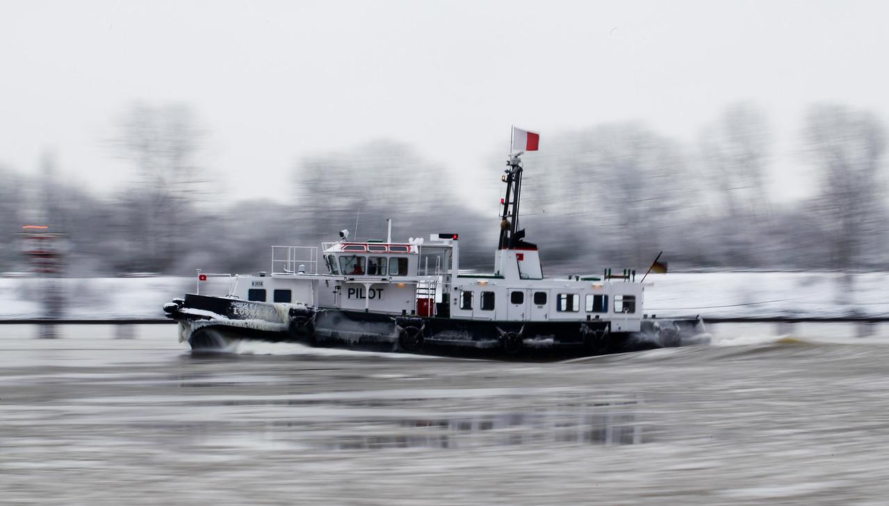 Lotsenboot Hamburg im Hafen mit Eis auf der Elbe